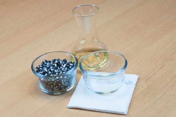 Ingredienser til at lave perleskåle er rørperler, madolie, køkkenrulle og en skål som kan tåle at komme i ovnen.