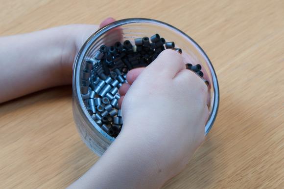 Perleskåle - Tryk og fordel de sidste perler rundt på plads.