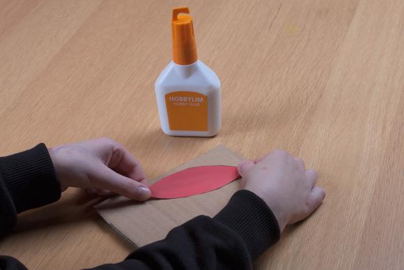 Lav selv gaveæske - Lim formen fast på noget karton